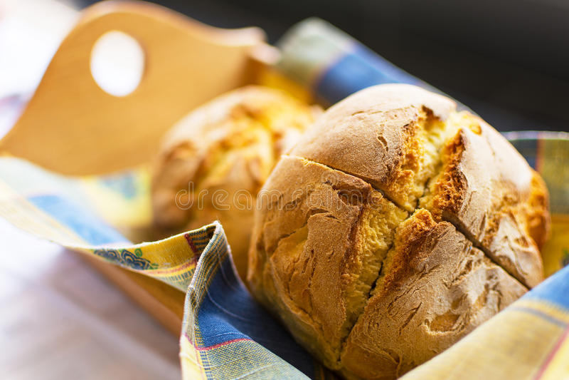 Nytt bakat traditionellt havrebröd i träkorg arkivbild