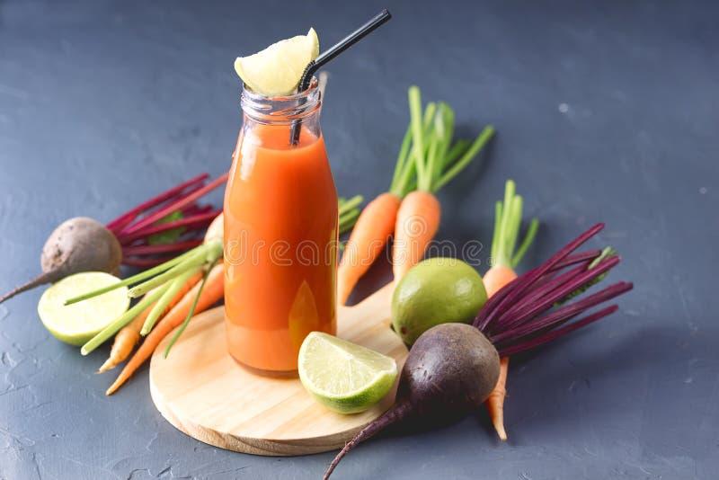 Nytt bantar Juiced gräsplaner och grönsaker för för Detoxdrink för näringsrik drink sund grönsak horisontaldrinkkopieringsutrymme arkivbild