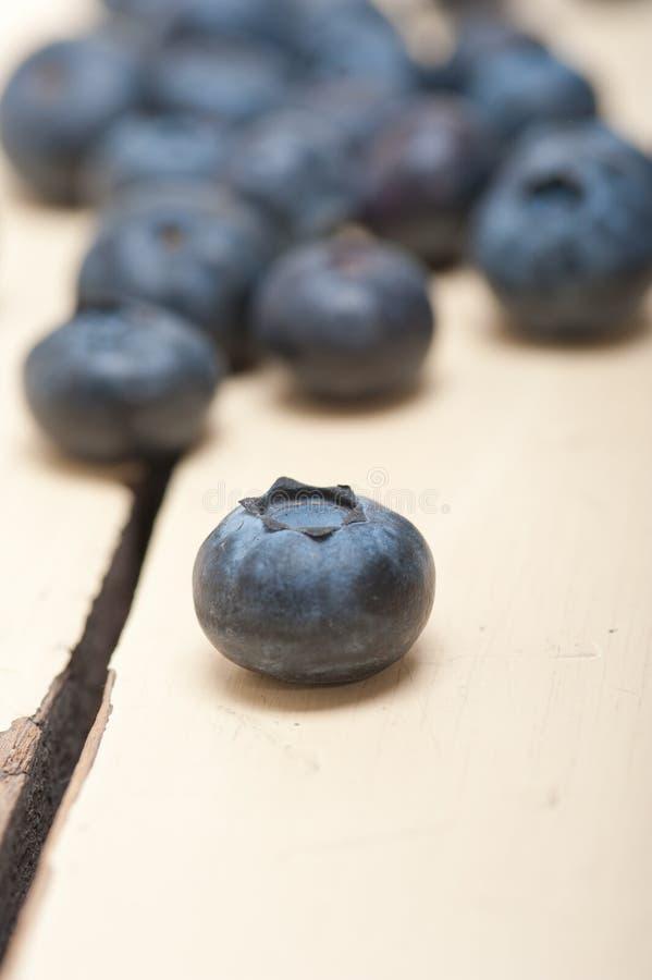 Nytt blåbär på den vita wood tabellen royaltyfri foto