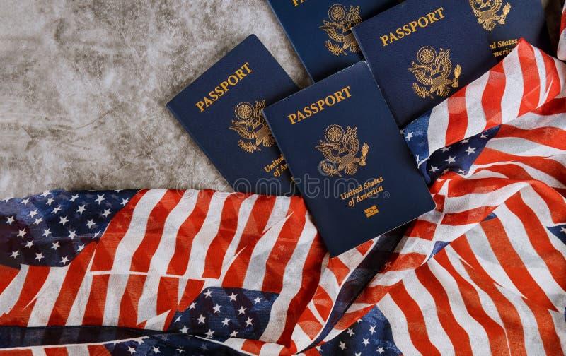 Nytt blått Amerikas förenta staterpass på USA-flaggabakgrund fotografering för bildbyråer
