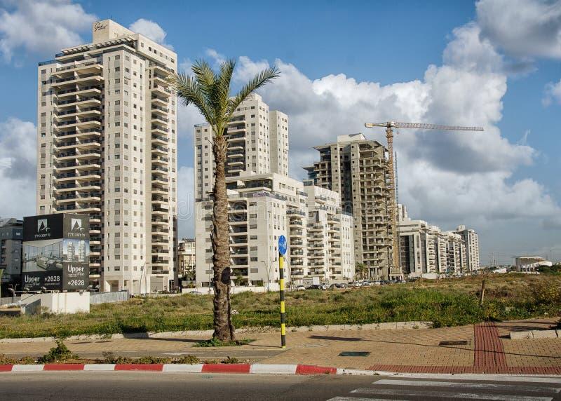 Nytt bostads- lägenhetmång--berättelse byggnadskomplex arkivbild