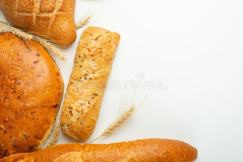 Nytt bröd, georgisk lavash, bantar bullen och den franska bagetten med vete, isolaten, begreppsbagerit och nytt bakat gods arkivfoton