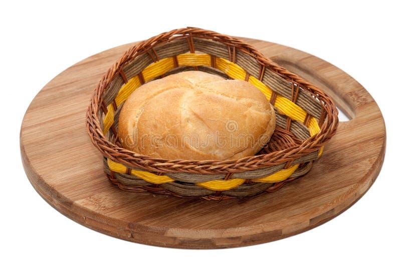 Nytt bröd i en vide- korg royaltyfria foton