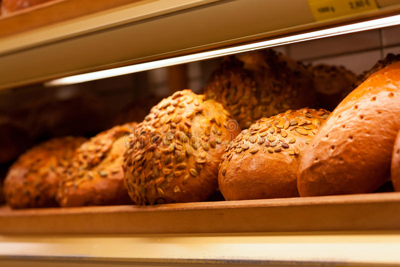 Nytt bröd i skärmen av ett bageri royaltyfria bilder