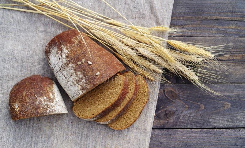 Nytt bröd och vete på tabellen arkivfoton