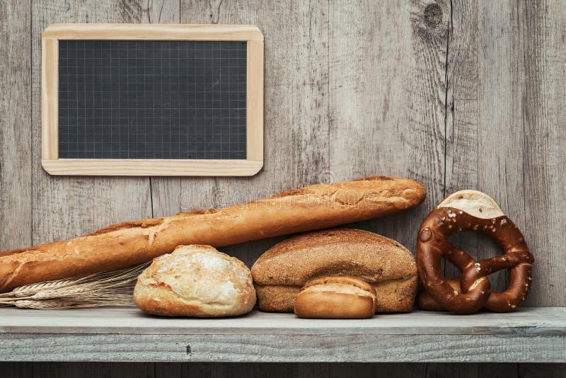 Nytt bröd på en hylla royaltyfri foto