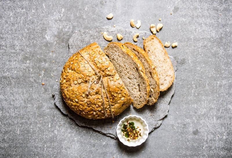 Nytt bröd på en stensockel Top beskådar arkivbilder