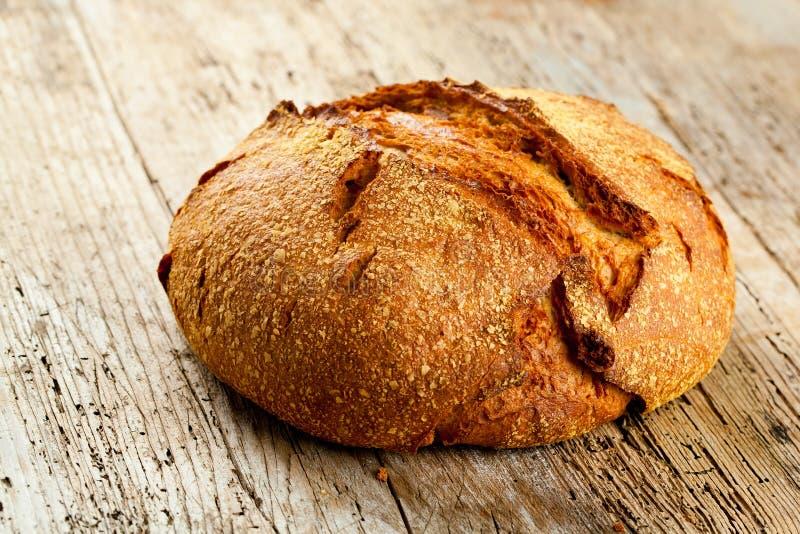 Nytt bröd på köksbordet Sunt äta och det traditionella bageribegreppet arkivfoton