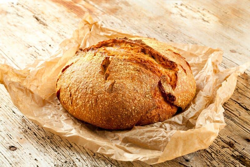 Nytt bröd på köksbordet Sunt äta och det traditionella bageribegreppet arkivbild