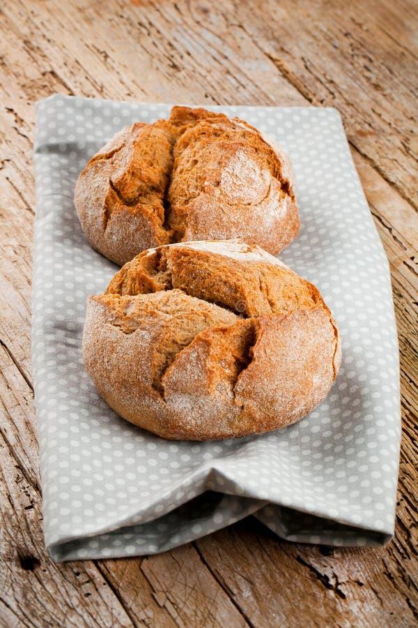 Nytt bröd på köksbordet Sunt äta och det traditionella bageribegreppet royaltyfria bilder