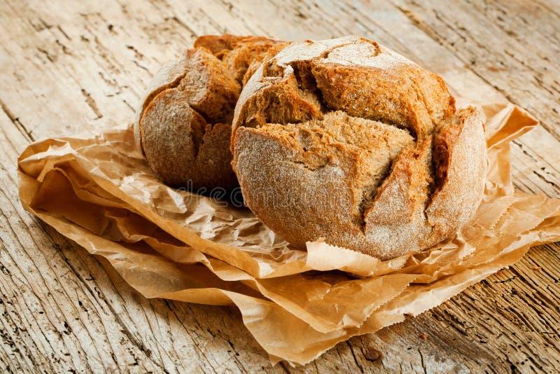 Nytt bröd på köksbordet Sunt äta och det traditionella bageribegreppet arkivbilder