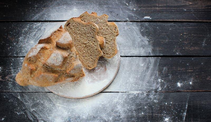 Nytt bröd på köksbordet Sunt äta och traditionellt arkivfoton