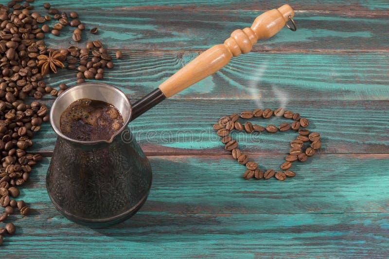 Nytt bryggat kaffe i kopparturken royaltyfri bild