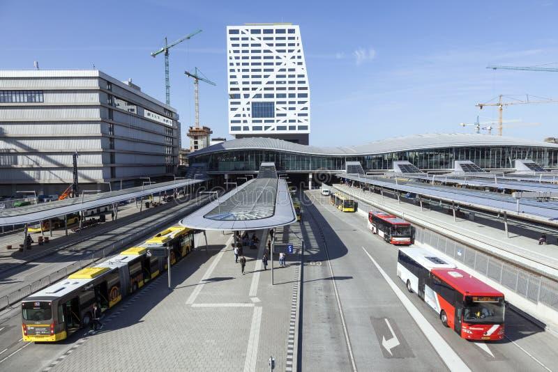 Nytt bussstation och stadskontor utrecht som ses från spång royaltyfri bild
