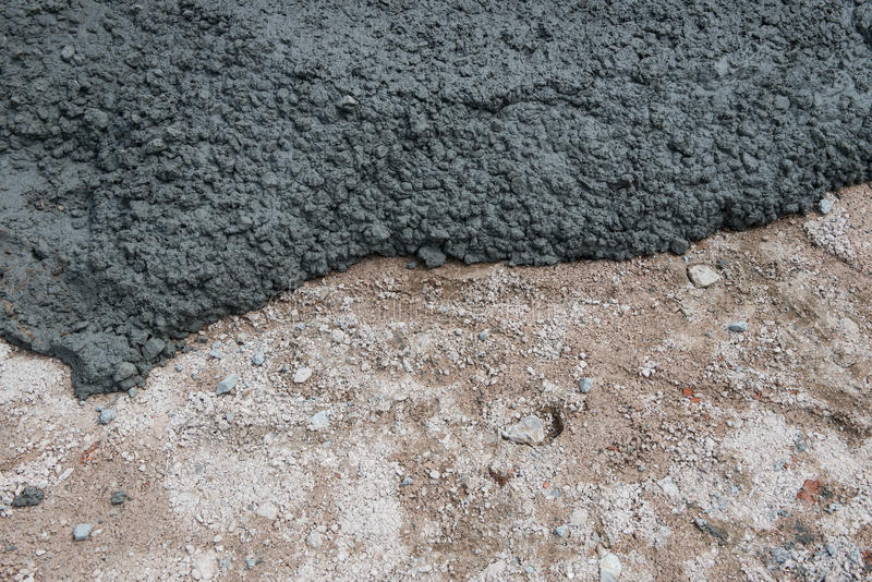 Nytt cement som hälls precis för trottoar arkivfoton