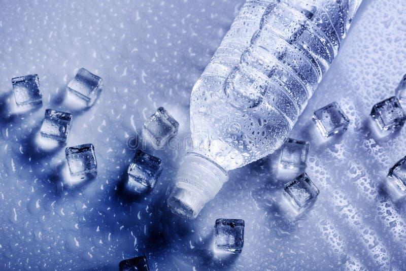 Nytt dricksvatten i plast- flaska arkivfoto