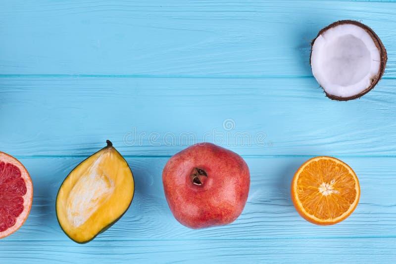 Nytt exotiskt frukter och kopieringsutrymme arkivbilder