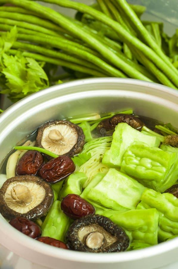 Nytt förbereda sig för grönsaksoup arkivfoton