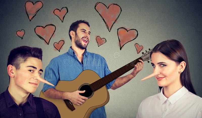 Nytt förhållandebegrepp Stående av två kvinnor och män som en bär elegant kläder på svart Förälskade och två lögnare för man royaltyfri bild