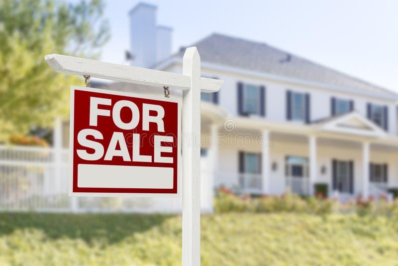 nytt försäljningstecken för främre home hus royaltyfri foto