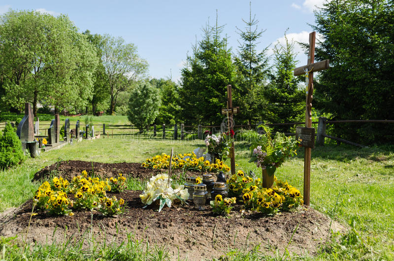 Nytt gjort allvarligt jord och fundament i kyrkogård arkivfoto