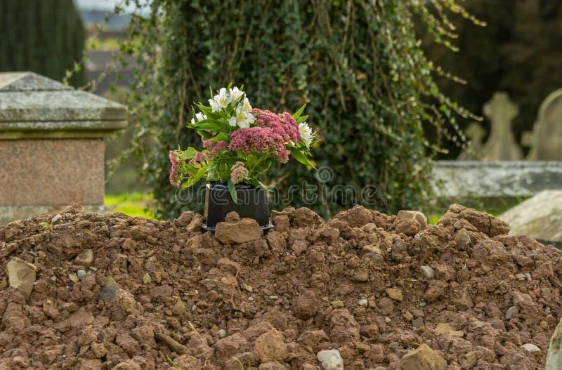 Nytt grävd grav i kyrkogård arkivbilder