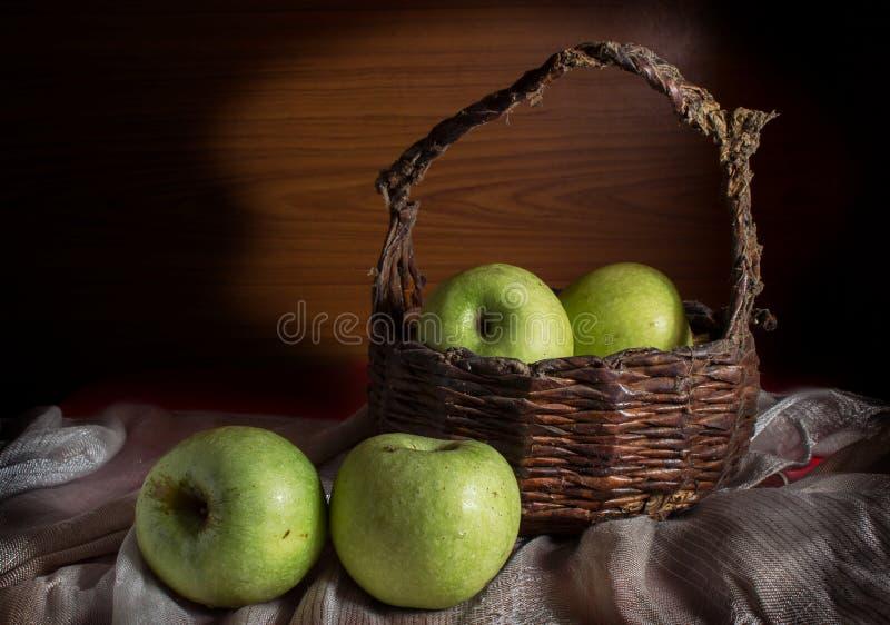 Nytt grönt äpple. royaltyfria foton