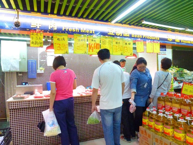 Nytt griskött som säljs i supermarket royaltyfria foton