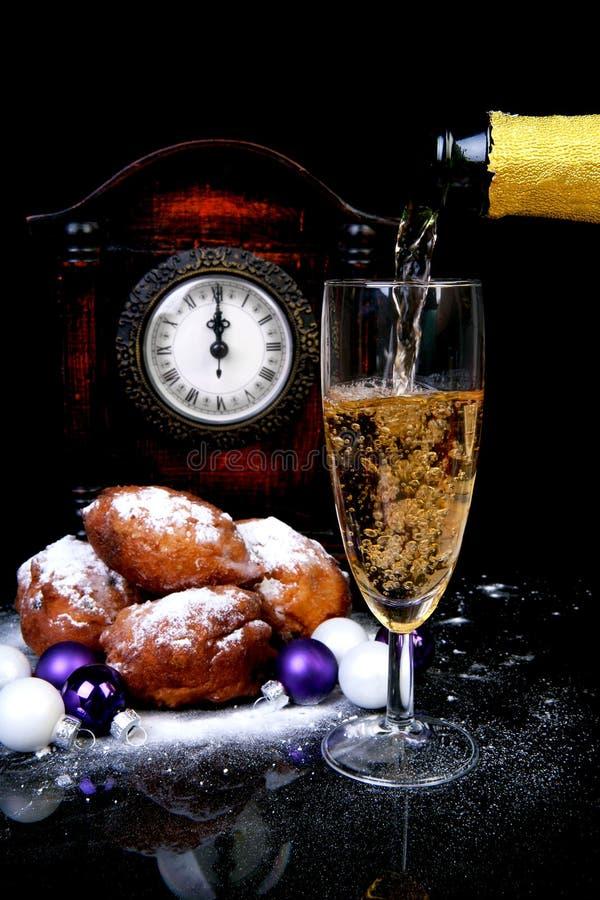 nytt hällande s år för champagnehelgdagsafton royaltyfria bilder