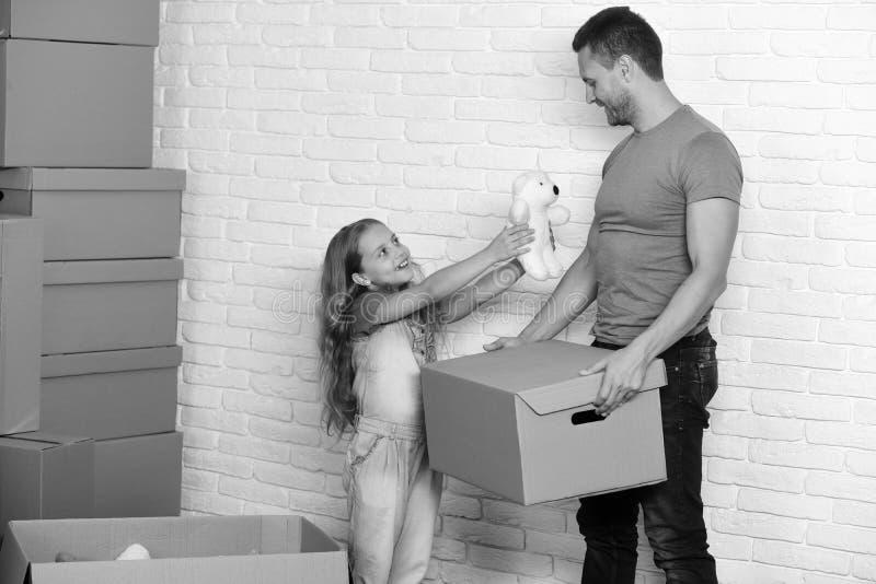 Nytt hem- och familjbegrepp Unge- och grabbflyttning in arkivfoto