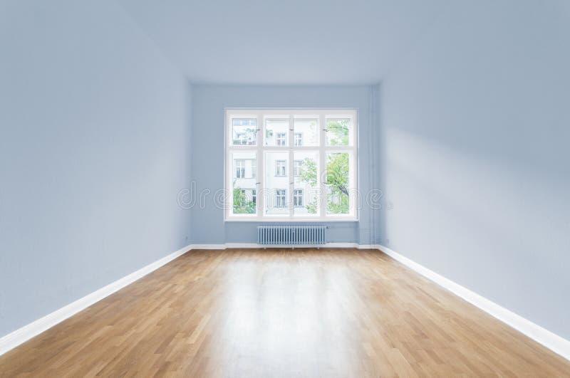 Nytt hem, tomt rum, målade väggar royaltyfri fotografi