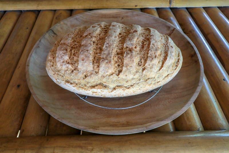 Nytt hemlagat bröd som göras av vete- och rågmjöl Bakelse på ett teakträträmagasin L?ckra hemlagade bakelser Sund mat på bambu arkivfoto