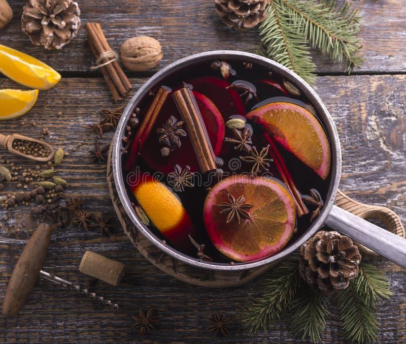 Nytt hemlagat funderat vin i en bunke med doftande art, citrusfrukter på ett trärusric bräde kopiera avstånd överkant arkivfoton