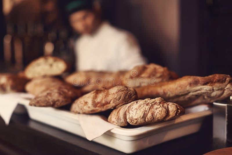 Nytt hemlagat gourmet- bröd Nya bullar med ost Nytt bakat bröd rullar med den blåa skyen i bakgrunden royaltyfri fotografi