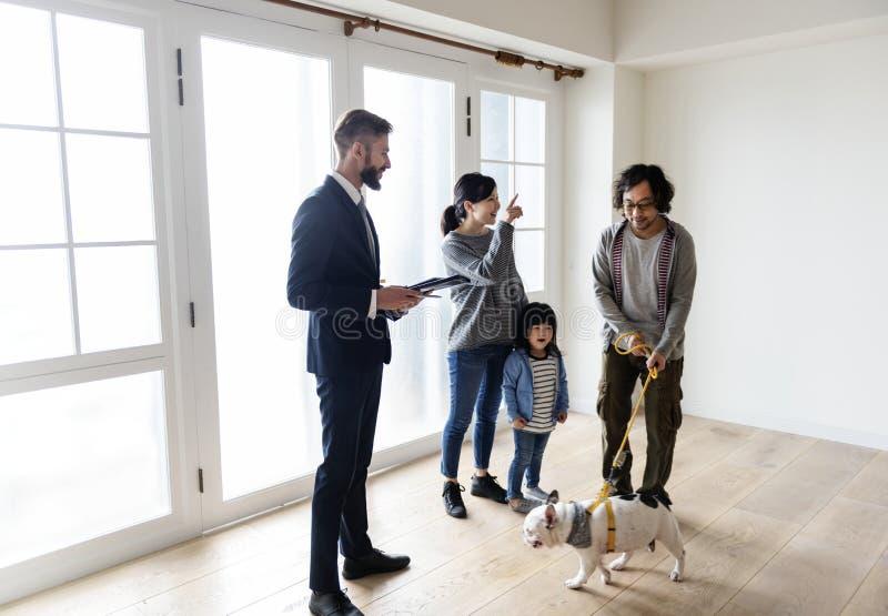 Nytt hus för asiatiskt familjköp royaltyfri bild
