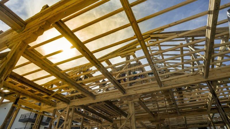 Nytt hus för bostads- konstruktion som inramar mot en solnedgång royaltyfri fotografi