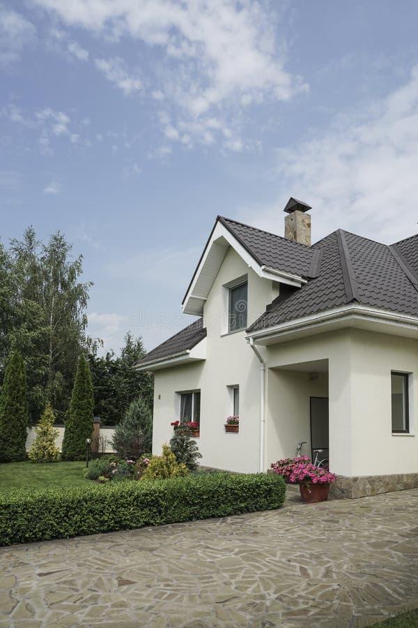 Nytt hus med en trädgård i en landsbygd royaltyfri foto
