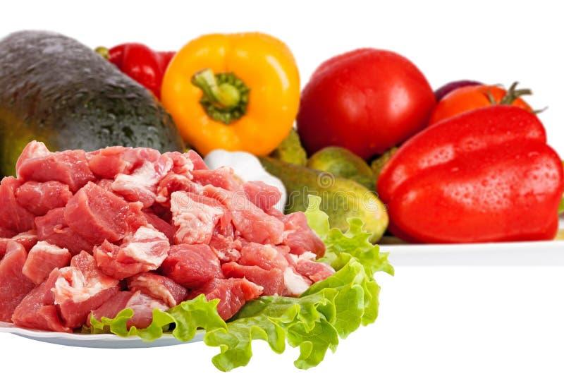 Nytt isolerade rått kött och grönsaker arkivbilder