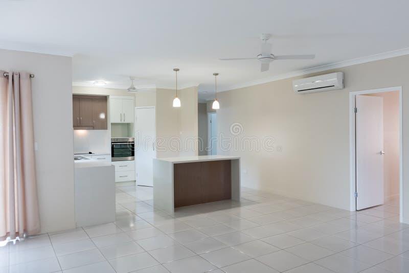 Nytt kök med granitbänken och det belade med tegel golvet arkivbilder