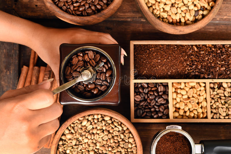Nytt kaffebönor i bunke- och kaffebönor i kaffekvarn fotografering för bildbyråer