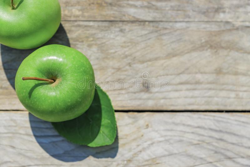 Nytt kantjusterat geen äpplen på träbästa sikt för tabell royaltyfria bilder