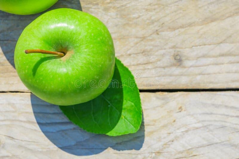 Nytt kantjusterat geen äpplen på trätabellen, bästa sikt royaltyfria foton
