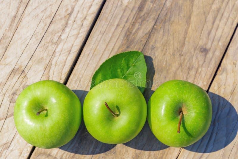Nytt kantjusterat geen äpplen på trätabellen, den bästa sikten, copsy utrymme royaltyfria foton