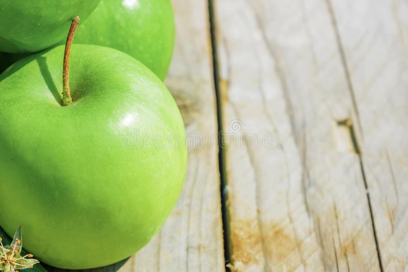 Nytt kantjusterat geen upp äpplen på trätabellen, slut arkivbilder