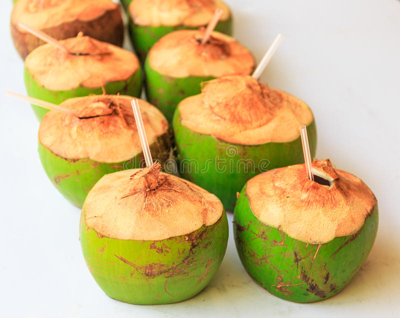 Nytt kokosnötvatten för drink i natur arkivfoto