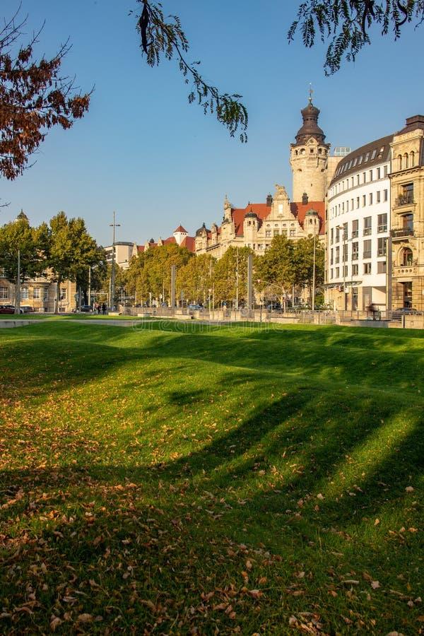 Nytt Leipzig stadshus med en svepande grön gräsmatta royaltyfri foto