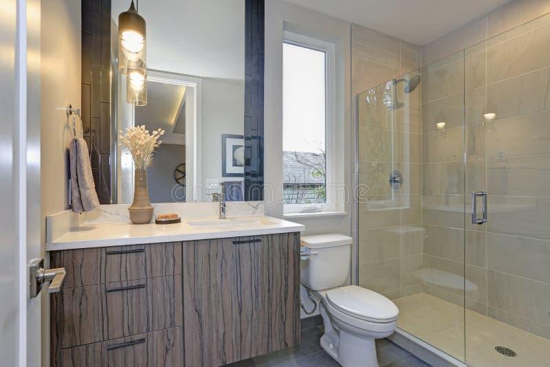 Nytt lyxigt badrum i gråa signaler royaltyfri fotografi
