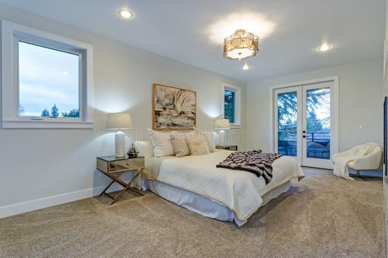 Nytt lyxigt specialbyggt hem med det vita ledar- sovrummet arkivbilder