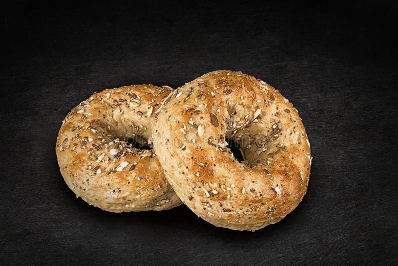 Nytt mång--korn bagelbröd som isoleras på ett naturligt, kritiserar stenen royaltyfri foto
