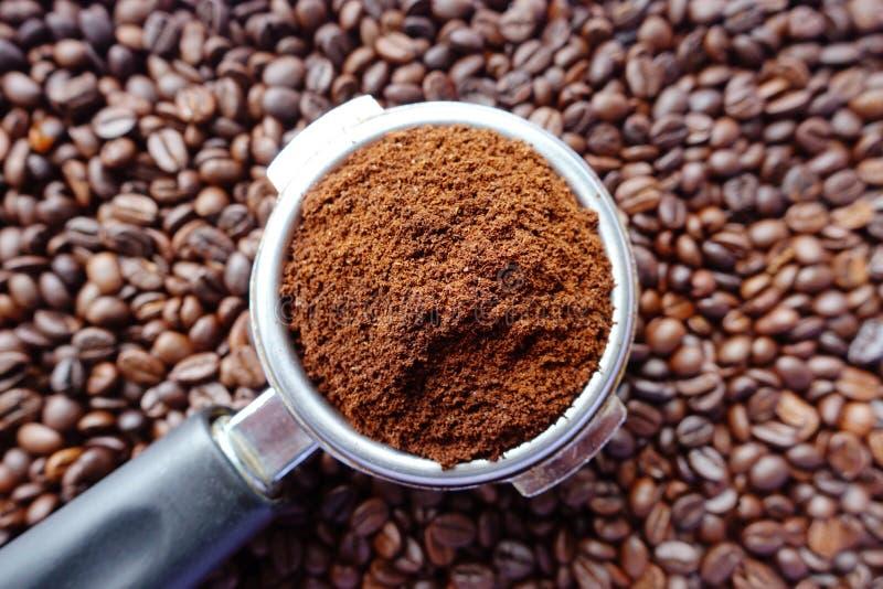 Nytt malde kaffebönor i en metall filtrerar fotografering för bildbyråer